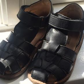 Brugt meget lidt som pæne sandaler. Max 10 gange.