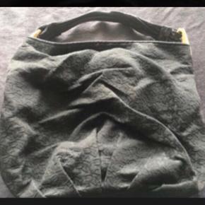 """Varetype: Fin rummelig taske Størrelse: Mellem/Stor Farve: Sort/Guld Oprindelig købspris: 1600 kr.  Man kan se på bunden, at den har været brugt - se billede ellers er den i meget god stand. Indvendig er der to små lynlås rum med små """"kort rum"""" udenpå og ellers et stort rum.  BYTTER IKKE  Generelt: Hvis I ønsker mine ting sendt som forsikret pakke og/eller i boblekuvert/æske, så oplys venligst dette, så det kan lægges oveni prisen."""