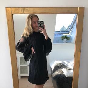 Super fin kjole fra Gestuz✨ Den er brugt et par enkelte gange. Den har super fine detaljer på ærmerne og meget elegant.  Byd endelig og spørg endelig hvis du har nogle spørgsmål.