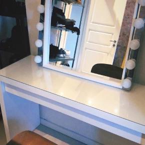 Makeup bord med tilhørende spejl og lys.