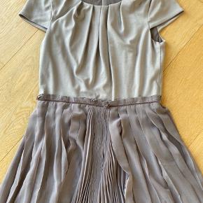 Super fin kjole med tylunderdel. Brugt en gang - er som ny