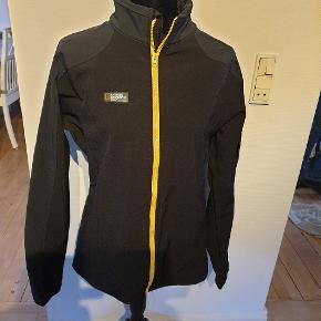 Super lækker softschell jakke. Bryst 2x 55 cm. Længde 67 cm.