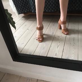 Rigtig fine højhælede sandaler i lysebrunt læder med gulddetaljer