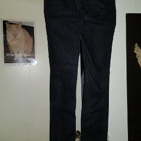 ONLY JEANS STR. 32  Fede sorte Jeans str. 32/32 Fremstår nærmest som nye. Liv vidde: 2 x 40 cm Benlængde: 80 cm Fra skridt til hofte: 21 cm  Sender på KØBERS regning