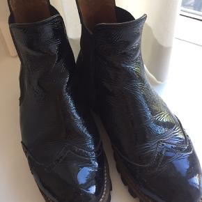 Støvler fra Ganni (Erin Cracked boots), str. 38.  Bytter ikke. Kan sende med DAO, køber betaler fragt. #30dayssellout