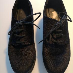 Elegante velour sko. Rigtig gode at have på og giver lidt ekstra højde.