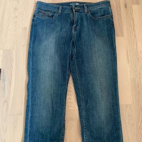 3/4 jeans fra Tommy Hilfiger str 28. Lækker kvalitet.  Aldrig brugt. Nypris 1100kr  Køber betaler Porto.