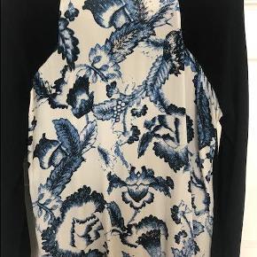 Varetype: Bluse / Strik Farve: Navy Oprindelig købspris: 1299 kr.  Smuk bluse :)   ****SE OGSÅ LLE MINE ANDRE ANNONCER***