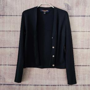 Sælger denne smukke Louis Vuitton cardigan med ikoniske LV-knapper. Den har ikke været en salgsvarer i deres butikker, men båret af deres personale (deraf uniform!). Passer både en str. small og medium. Pris: 1100kr afhentet eller plus porto.