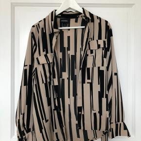 Super fin skjorte fra Monki med lommer samt aftageligt bindebånd om livet 💛 Brugt få gange, fejler intet ✨ Fungerer også rigtig godt åben med en t-shirt indenunder 🎈