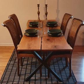 Håndlavet egetræs spisebord/skrivebord med epoxy i alle knaster. Bordene er lavet af stål. Mål: L200xB70-74xH72