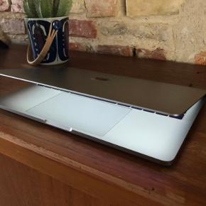 MacBook Pro 2017, 2,3 GH, 8 ram, 128 GB harddisk. Jeg sælger min spacegrey MacBook Pro, som blev købt i december 2017. Standen er stort set som ny, og den har endda lige fået helt ny skærm på. Den har kun været brugt til skolebrug, hvor den altid har været i sleeve og dermed intet fejler  Kvittering og oplader medfølger selvfølgelig😁