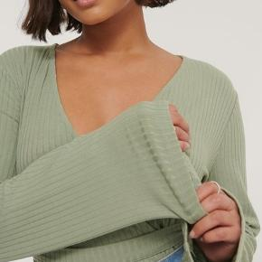Wrap bluse fra Na-kd Aldrig brugt Byd gerne :)