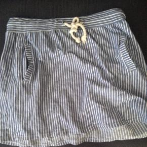 Sød nederdel med lommer fra denim hunter. Hvid/lyseblå stribet. En rigtig sommernederdel.