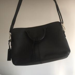 Computer taske i ægte læder, kun brugt 1 enkelt gang. Har en grøn plet indvendig (fra en tus) men det ses jo ikke 😌 Købt på zalando Måler 40 x 26 Hurtig handel? Afhentes i Valby
