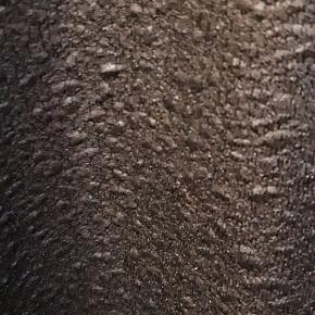 Str. 50/52 I stof med kunst læder agtig tekstur.