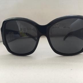 Miu Miu solbriller sort stel med mørkegrå glas. Bred stang med sølv logo. Itui / org. Pudseklud. Brugt, lille skræmme i højre side på stellet. Men sidder lige på kanten så den er ikke umiddelbar synlig.