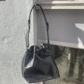 Vintage Louis Vuitton Noe af sort epi læder.  Tasken fremstår i fin velholdt stand, den har nogle brugsspor og ridser på ryggen.  Der medfølger original dustbag til tasken.  Tasken måler ca 26x25cm.
