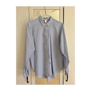 H&M Blue Shirt, str. 36. Fin bomuldsskjorte i lys blå. Brugt to gange!  Nypris: 349 kr.  Kom med et bud!