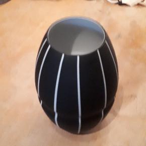 Sort mat glas vase med hvide striber. 23 cm høj og 8 cm i diameter foroven. Fin stand - igen skår. Porto 37 kr