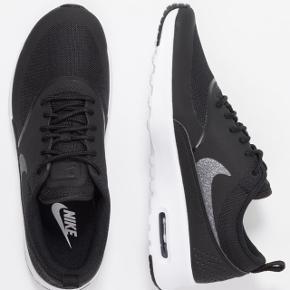 Nike air thea max str 39. Ikke 100% som på første billede ifht farven på swosh og båndet bagpå. Næsten ikke brugte. Nypris 1000kr.