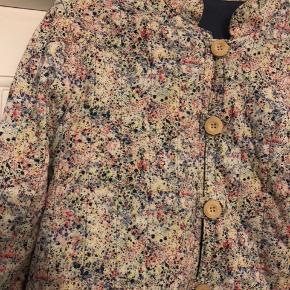 """Smuk quiltet vintage jakke i """"splatterpaint"""" -ligner lidt libertyprint på afstand. Let på øverst på ærmerne. Jakken er tynd og fungerer bedst under en varm jakke på denne årstid eller som jakke en varm sommeraften. Str 36 eller 38 kan passe den. Pris 330 pp"""