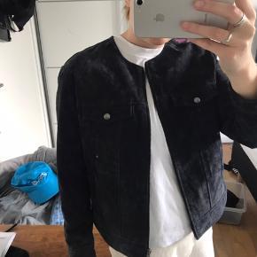 Mega fin jakke i mørkeblå ruskind, jakken fitter en størelse medium.   Sælger blandt andet også tøj fra mærker som Adidas, zara, ganni, Kenzo, Acne, Wood Wood, Mango, Gestuz, Monki, Weekday og en masse genbrug