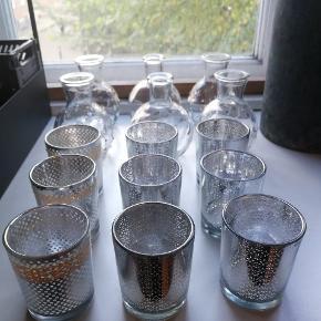 6 stk. små glasvaser og 9 stk. fyrfadsstager i sølv-look. Perfekt til eksempelvis bryllup, navngivning eller andre fester. Nogle af fyrfadsstagerne har vi sat blondetape på. Det kan sikkert fjernes.  Brugt få gange. Lidt brugsspor på stagerne, men intet af betydning!