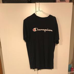 Sælger min mørkeblå Champion T-shirt da den er for stor.Den er i perfekt stand og fejler intet. Det er en str. L men fitter også oversize (S)-M Kan både bruges af kvinder og mænd  Sælger den til 120kr men byd gerne! Køber betaler fragt (35kr)
