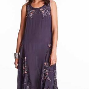 Brugt kortvarigt én gang. Smuk mørk grå kjole med broderede blomster. 100 % cupro Kan bæres både med og uden bælte  Nypris 2400,- Bytter aldrig og prisen er fast. Køber betaler porto og TS - handler også gerne via MobilePay