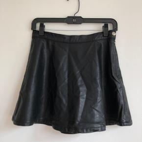💗 Sej nederdel i kunstlæder 💗 Ingen flaws (er bare lidt krøllet 😅) 💗 Lukkes i siden med en knap og lynlås