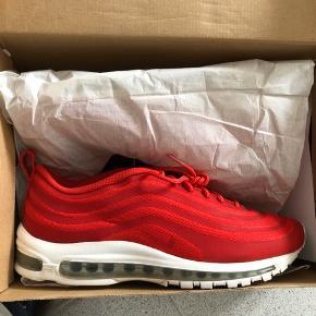 Hej sælger disse Nike Air Max 97 CVS Sport Red.  Str 44,5 med OG box ✅  Utrolig sjældne at se ubrugt og det finder du ikke i dk!  Mindste pris er 2500,-  Skriv gerne her eller på 21642134 for interesse  Mvh