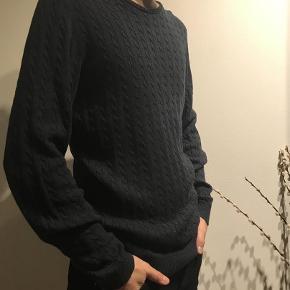 Varetype: Strik Farve: Mørkeblå  Flot mønstretstrik i mørkeblå fra Selected Homme med rund hals. Str. S  Kvalitet: 100% pima bomuld