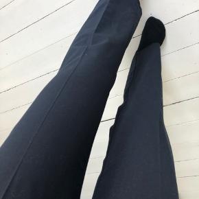 Jeg har købt disse bukser, men har aldrig brugt dem. De er fra mango, men de sælger dem ikke mere.  Habit/business/straight bukser