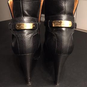 Lækre støvler fra Ralph Lauren, der står 39 i støvlen, men den svarer til 38 syntes jeg. Har brugt dem 3 gange. Fede med guld logo : Ralph Lauren på hælen. Sort skind. Hælen er 11 cm. Nypris 6.900,- sælges for 800,-