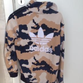 Adidas zip hoodie i Camo.  Størrelsen er 164 (13-14år) Køber betaler fragt