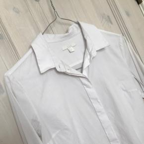 Tynd bomuldskjorte fra COS, str. 34 men passer også en 36, brugt men i fin stand og uden pletter. Nypris 640kr Sender på købers regning og bytter ikke 🌸