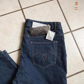RoseandGold. Varetype: Jeans   Nye.    (se mål) Farve: Blå Prisen angivet er inklusiv forsendelse.  Jeans sælges. lige købt herinde, de var desværre målt forkert.       Bytter ikke.  Livvidde: 49x2   skridthøjde: fortil 29 Bagpå: 37 Lår:28x2 Knæ: 23x2 Indvendig benlængde: 78 Ved fod 20  Materiale: 86% Bomuld 12 % polyster 2 % Elasthan
