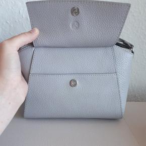 Adax taske  Ca. mål L. 23 cm. H. 15 cm. D. 9 cm. Brugstegn på rem og bagside af tasken. Se 2 sidste billeder.  Np 1399 kr  Sender med DAO mod betaling af fragt.