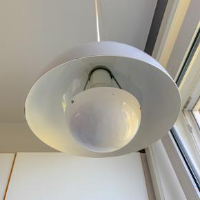 En ældre hvid retro Flowerpot (VP 1) af Verner Panton. I pæn stand med enkelte alderssvarende skrammer hist og her (se billede 2 og 3). Loppefund. Har sat en ny stofledning.  Sender ikke!