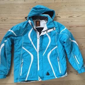 Lækker varm skijakke i mærket IGUANA str. L. Hætten kan lynes af. Massere af praktiske lommer i jakken.