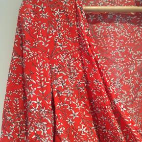 Rød/blomstret bluse med knapper fra H&M. Brugt enkelte gange.