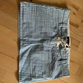 Sælger denne isabel marant stribet kort nederdel  i str 1 Jeg er 38 og passer den i livet men den er for kort bagpå
