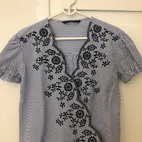 Pæn bluse fra Zara i str. S. Brugt én gang og fejler intet.   Sendes hvis køber betaler porto  BYTTER IKKE  #30dayssellout