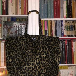 Stor smuk Prada taske I leo-army grøn. Kan vendes om til sort.