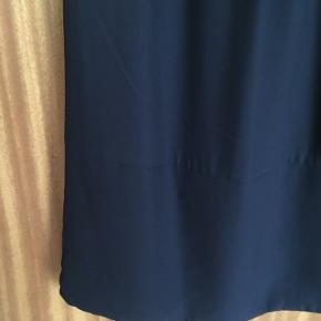 Brystvidden 99cm  Flot kjole fra H&M i sort med lyselilla farve indvendigt ved ærmerne🌸  Kjolen har en syning i bunden (se billede) 🌸  Kjolen har kun været brugt en gang🌸  Kjolen har også en indbygget underkjole🌸  Yderst lag: 100% polyester Inderste lag: 100% polyester