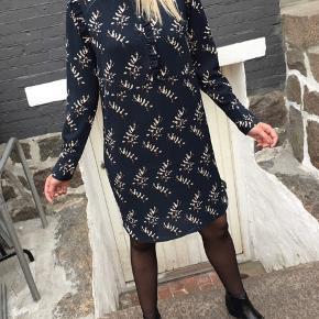 Super flot kjole fra Second Female. Den er brugt få gange, så den er som ny :-)  Den sælges for 400 + porto eller kan afhentes på Østerbro :-)