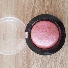 Blush fra Revolution Brugt en gang Afhentes i Aalborg   Kig gerne mine andre annoncer for mere makeup og hudpleje 😊