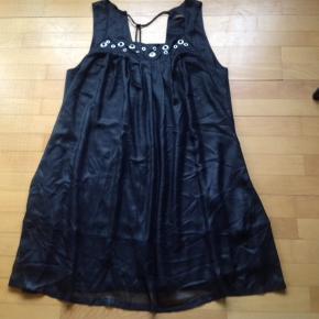 Flot sort kjole fra Pieszak - brugt få gange - lækkert tynd stof Nypris kr 1099