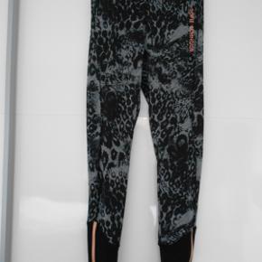 Flotte lange tights, været brugt få gange. Med elastsik i taljen og lynlås nederst ben. Indvendig benlængde 76 cm Livvidde 68 i slap elastisk. Farven grå og sort. Bytter ikke. Sendes med DAO